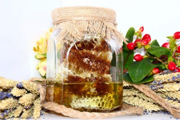 Miel de taiga en panales en un recipiente de vidrio