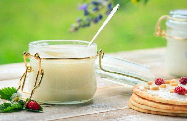 Miel blanca en un tarro