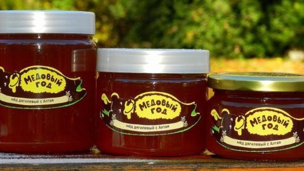 Miel tardía envasada en un plato de vidrio