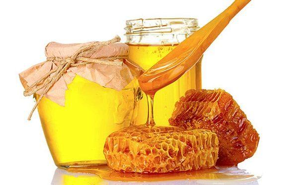 Miel en tarros de cristal y panales.