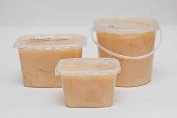 Miel de algodón envasado en recipientes de plástico.
